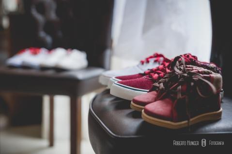 sapatos e tênis em casamentos