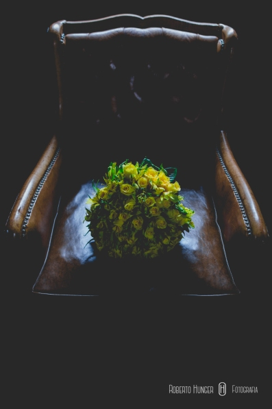 buquê de noivas em sofá antigo, cidade de monte verde