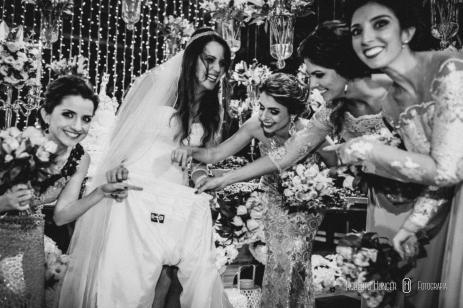noiva e madrinhas com o nome na borda do vestido