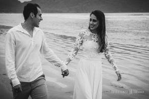 foto de ensaio pré wedding em praia, fotos de ensiaos de casal em ubatuba, paraty fotos de ensaios