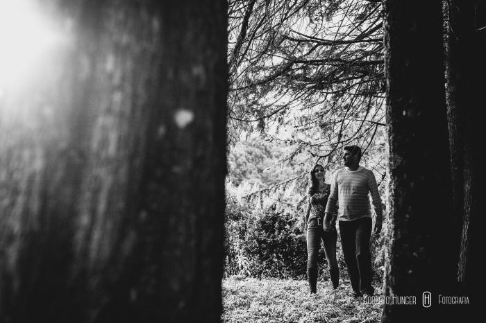 casal andando pela floresta em ensaio romântico