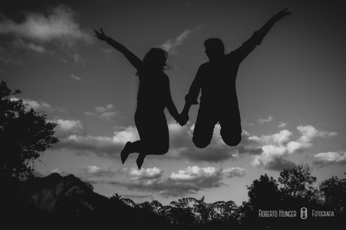 casal pulando em foto de ensaio