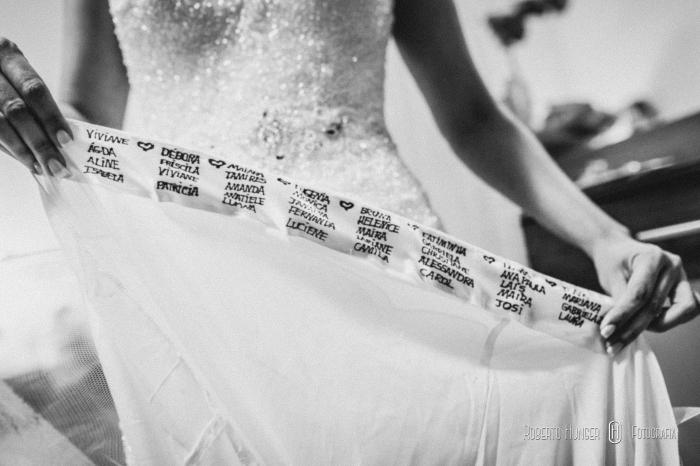 noiva escrevendo o nome das madrinhas na barra do vestido, noiva em pouso alegre, vestidos de noiva em pouso alegre