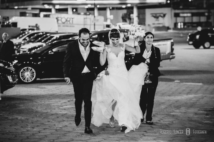 dudu vasconcellos com noiva correndo em direção ao casamento, villa 459 casamentos melhor foto, melhor foto de casamento de pouso alegre