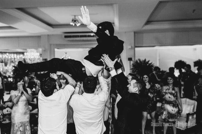 noivo sendo jogado, noivo sendo arremssado, padrinhos jogando noivo durante festa, foto divertidas de noivos