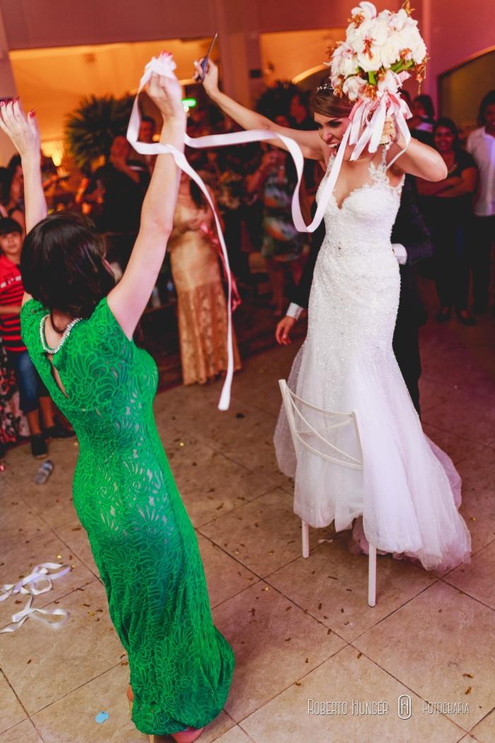 noiva cortando o laço do buquê, tradições de casamento, villa 459
