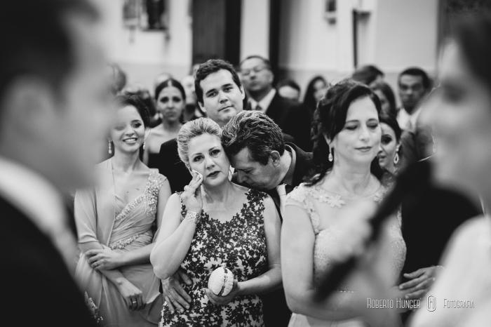 pai beijando a noiva na cerimônia, fotografo de casamento em itajubá, itajubá casamentos, melhor fotógrafo de casamentos, casamentos em itajubá fotos, profissionais de casamento em itajubá, onde casar em itajubá, fotos itajubá noivos, noiva em itajubá
