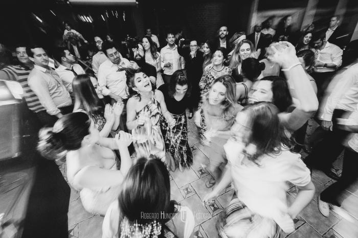 Espaço: Hotel Serra Bonita Assessoria: Ana Faria Celebrantes: Pedro Serra e Camille Amos Lardan Decor: Menu Decor Gastronomia: Buffet Expresso Gourmet Forografia: Roberto Hunger Fotografia e equipe; Vídeo:Make a Moment Beleza: Studio Glaucia Mafra Vestido: Rime Arodaky Doces Finos: Elisangela Doces Finos Música da Cerimônia: Carolina Hofmeister e André Hofmeister Música da Festa: GT Audio Sonorização   Samba Marcio Torres e Amigos   Banda Vacamarela
