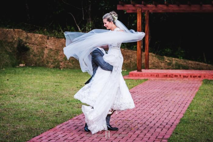 noivos celebrando o casamento, girando abraçados, foto de casamento engraçada.