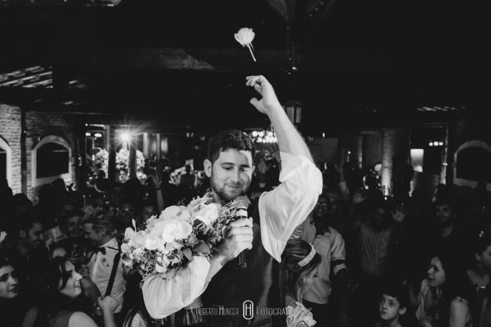 noivo jogando uma flor do buquê, noivo jogando buquê, Fotógrafo de casamento em ouro fino e jacutinga, santa rita do sapucai fotografia de 15 anos, fotógrafo pouso alegre e itajubá, lambari e trÊs pontas fotógrafo, Onde casar em Pouso Alegre?, casamento-em-itajubá-minas-gerais, fotografria-de-casamento-itajubá, pouso-alegre-fotos-casamentos, noivas-itajubá, fotógrafo-de-casamentos-pouso-alegre