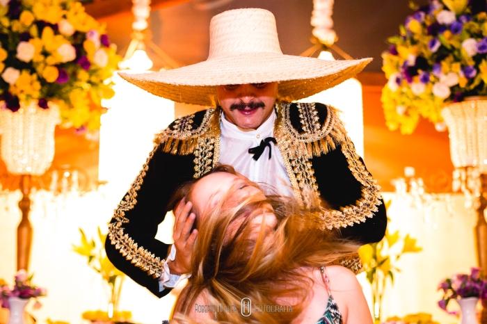 convidados brincando com mexicano tequileiro em minas gerais. Festa de casamento