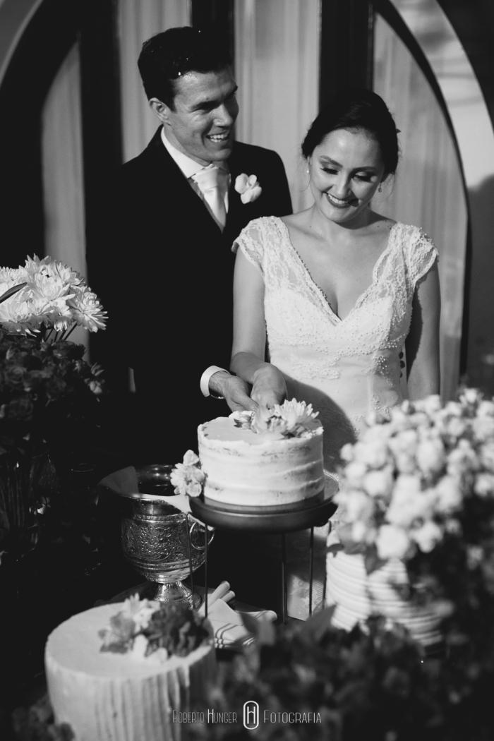 Noiva alegre em festa de casamento, fotos de festa de casamento super animada, roberto hunger fotografia, noivas extrema mg, noivas monte verde, Fazenda e Haras São Bento, decoração de casamento no campo, casamento decorado com flores, decoração de luxo para casamento, casamento de luxo em minas gerais, onde casar em bragança paulista,