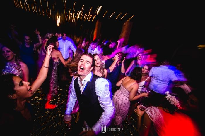 Fotografia: Roberto Hunger Fotografia;Vídeo: Foto Barão;Fazenda e Haras São Bento;cerimonial: Primas Cerimonial;Celebrante: Edu Toledo;Make/Cabelo: Juninho Makehair;Buffet: Buffet Hernandes Gastronomia;Doce de Leite Bem-casaderia;Regina Bolos;Banda Tribals;Pertrini Wedding Band;Vestido: Casamarela (@casamarelanoivas);Araujo's Bartenders;Kombi Pics