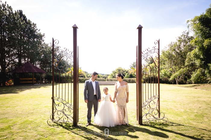 casal de noivos e filha em foto de casamento, fotos de casamento emocionantes, bodas de zinco criativa, mini wedding nas montanhas, casamento rústico e chique , fotógrafo mineiro de casamento