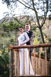noivos casando cerimônia rústica montanhas felizes
