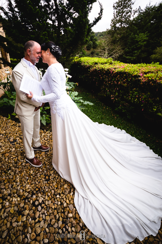 Elopement Wedding é um estilo de casamento no qual o noivo e a noiva optam por viajar para algum lugar distante ou fora da cidade e casar sem avisar a família e amigos